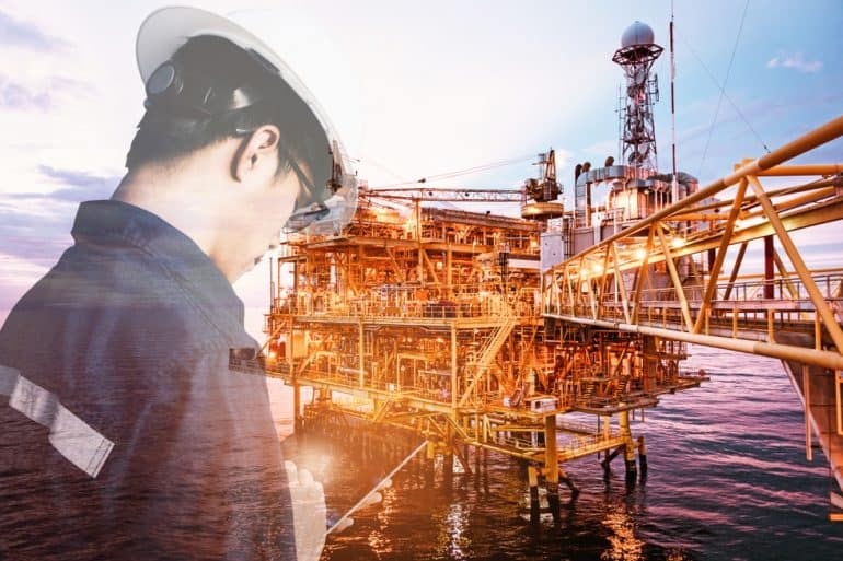 Offshore worker using digital tools like those promoted by EVOLEN'UP